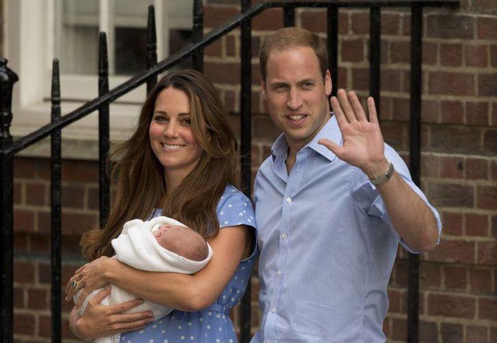 Los sonrientes padres aparecieron a las puertas del hospital donde dio a luz la duquesa. (Agencias)