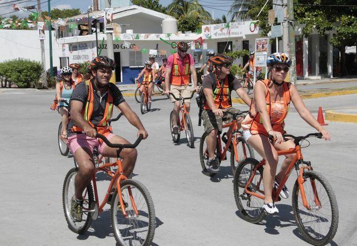 A diario más de 60 personas salen de los hoteles para pedalear por el lugar. (Tomás Álvarez/SIPSE)