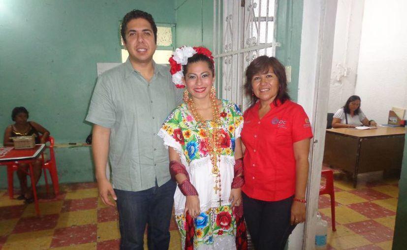 El alcalde Daniel Zacarías, la reina de los festejos de Chicxulub Puerto, Georgina Sierra Ramos, y la comisaria  Patricia Medina Flores. (Manuel Pool/SIPSE)