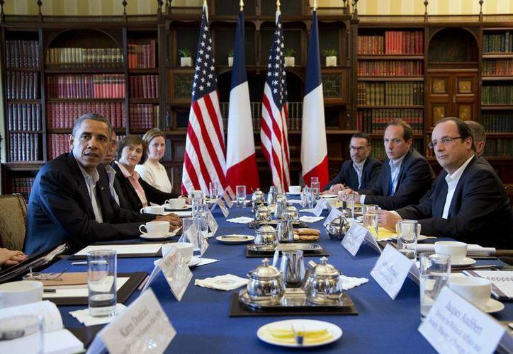 En primer plano los presidentes de EU, Barack Obama (i) y de Francia, Franocis Hollande, durante la cumbre del G8. (Agencias)