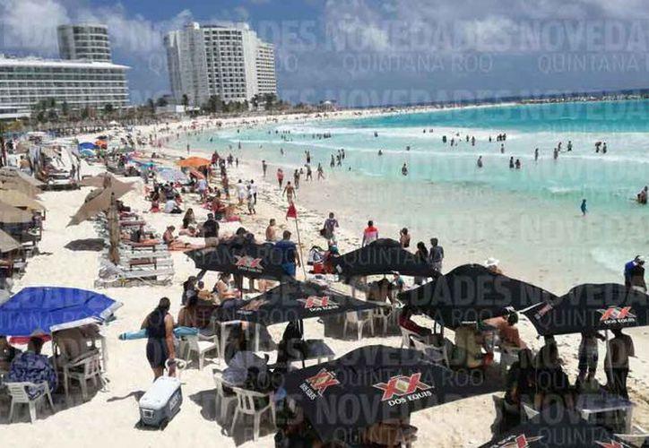 Las playas del destino estuvieron concurridas en Viernes Santo. (Alejandro García/SIPSE)