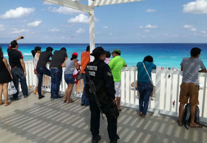 En Playa Delfines se espera la llegada de entre 2 mil 500 y 3 mil personas diarias. (Israel Leal/ SIPSE)