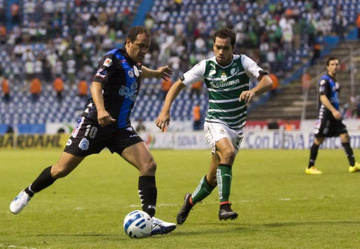 Hay siete jugadores que ya no formarán parte del club Puebla, pero ninguno de ellos es Cuauhtémoc Blanco (i). (Foto de archivo de Notimex)