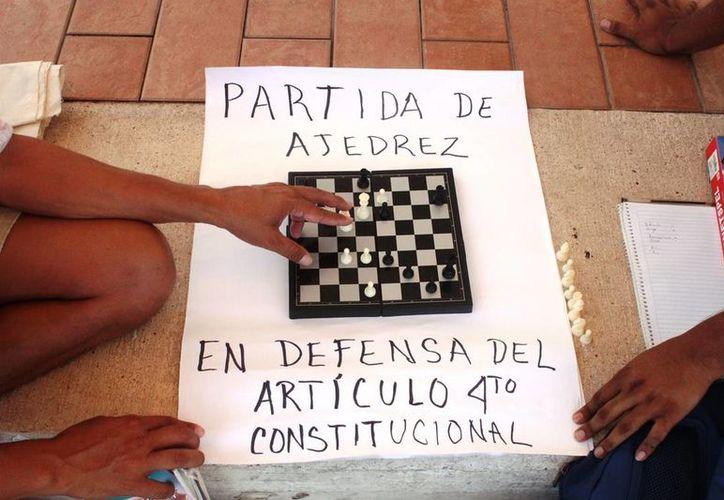 """El miércoles pasado integrantes de la asociación """"Ciudadanos por la Cultura"""" protestaron en el Ayuntamiento con partidas de ajedrez. (Daniel Pacheco/SIPSE)"""