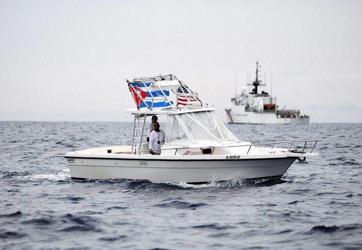 """Los cubanos que logran pisar EU pueden tramitar su residencia gracias a la iniciativa  """"Pies secos, pies mojados""""; los que no, son devueltos a la isla. (EFE)"""