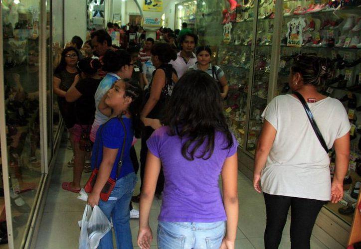 Este sábado fue un día muy ajetreado para padres de familia y comerciantes del Centro de Mérida por las compras de útiles y uniformes escolares debido al regreso a clases. (SIPSE)
