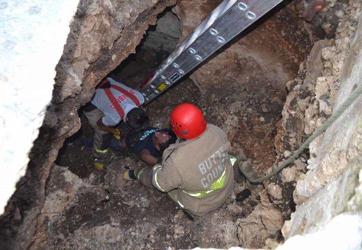 Los cuerpos de rescate utilizaron una escalera telescópica y sogas para sacarlo.