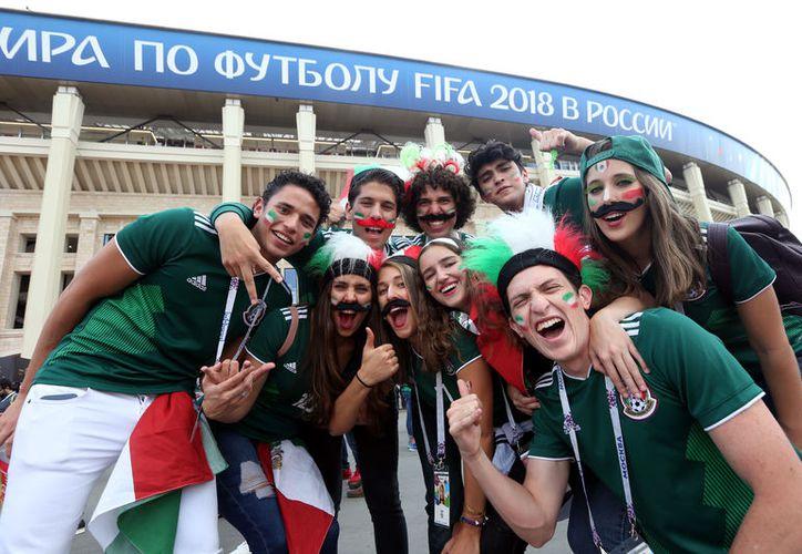 Algunos mexicanos casi casi empeñaron su alma para poder estar en el Mundial. (Fotos de contexto: Notimex)