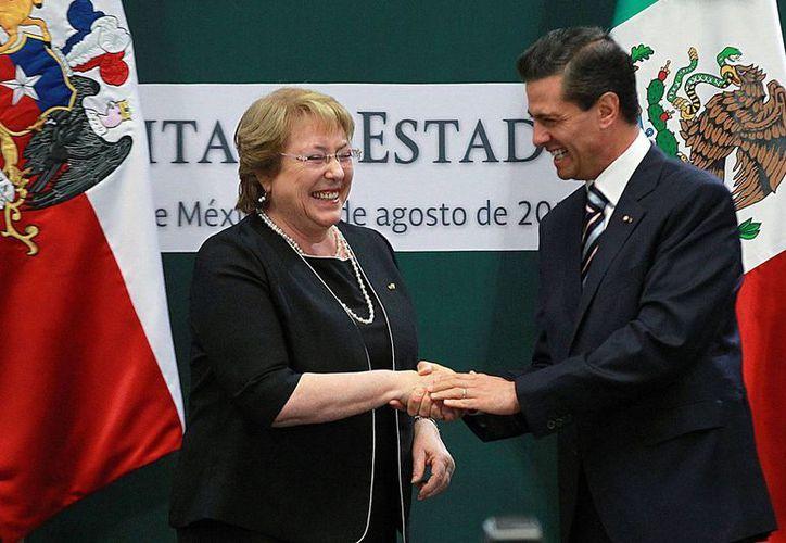 El presidente de México, Enrique Peña Nieto y su homóloga de Chile, Michelle Bachelet Jeria, durante la visita de Estado a nuestro país. Se cumplen 25 años de la reanudación de las relaciones diplomáticas entre los dos países. (Notimex)