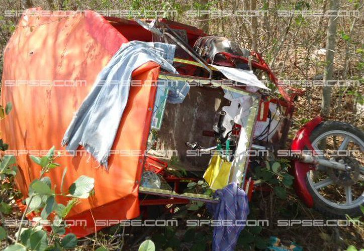 Una camioneta embistió un mototaxi en el que viajaban, como pasajeros, dos mujeres: madre e hija. El accidente ocurrió en la vía Mérida-Motul. (Jorge Mukul/SIPSE)