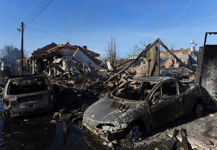 Un convoy ferroviario con 26 carros cisternas de gas se descarriló en el centro de Hitrino, Bulgaria, lo que dejó un saldo de siete muertos y 29 heridos. (Fotos tomadas de excelsior.com)