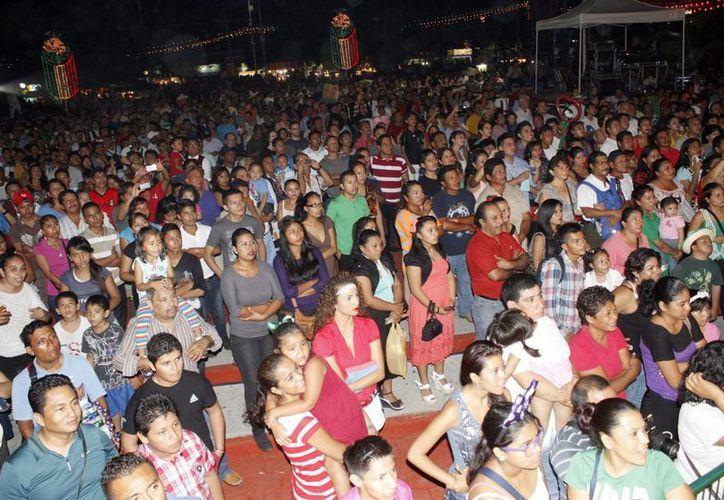 Miles de personas acudieron al festejo patrio.  (Sergio Orozco/SIPSE)
