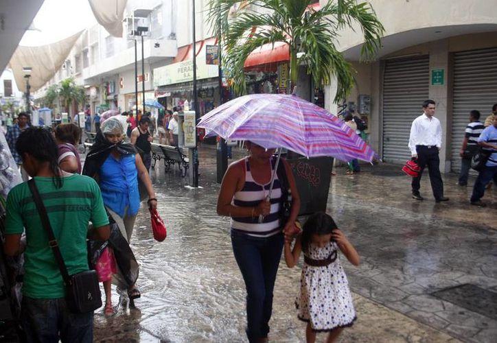 La lluvia que cayó la tarde de ayer afectó la actividad dominical en Mérida. (Christian Ayala/SIPSE)