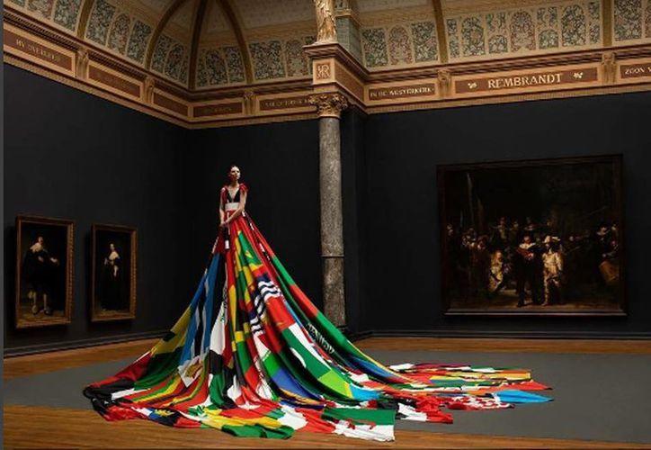El vestido fue elaborado por el diseñador de moda holandés Mattijs van Bergen y el artista Oeri van Woezik, en colaboración con COC. (instagram.com/mattijs_van_bergen)