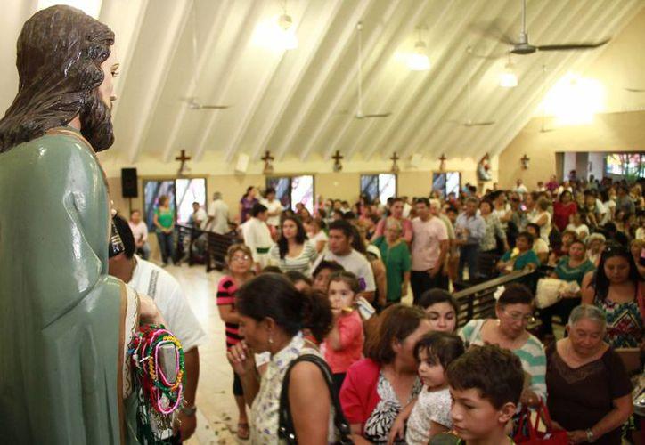 Cientos de personas abarrotaron la Iglesia de San Judas Tadeo, en la colonia Díaz Ordaz, para celebrar a dicho Santo. (Jorge Acosta/SIPSE)