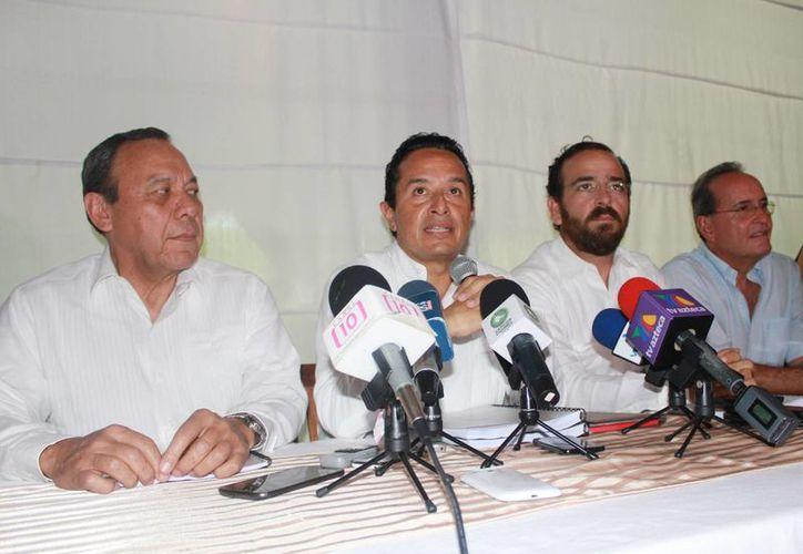 Carlos Joaquín González, en conferencia de prensa en un restaurante de Cancún. (Luis Soto/SIPSE)