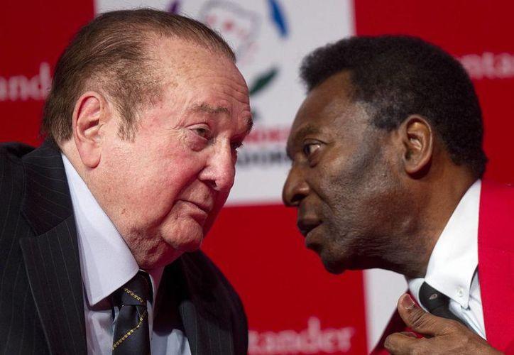 Nicolas Leoz (i), dirigente de la Conmebol, junto a Pelé. Leoz es uno de los altos mandos sobre los que pesan severas acusaciones por corrupción al interior de la FIFA, que ya han resultado en arrestos en las últimas horas.  (Foto:AP)