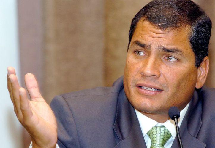 La oposición ha efectuado clamorosos llamamientos para que Correa no use los recursos del Estado en su propaganda electoral. (EFE)