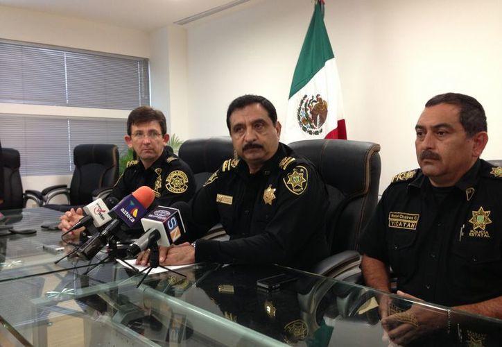 Luis Saidén Ojeda, titular de la SSP, y sus comandantes en conferencia de prensa la mañana de este martes. (SIPSE)