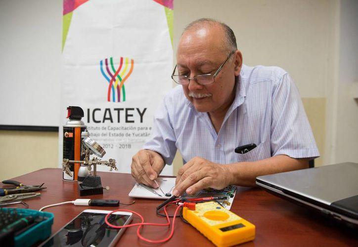 Rodolfo Cárdenas Martín está por concluir un curso de  reparación de tabletas electrónicas en el Icatey. (Foto cortesía del Gobierno)