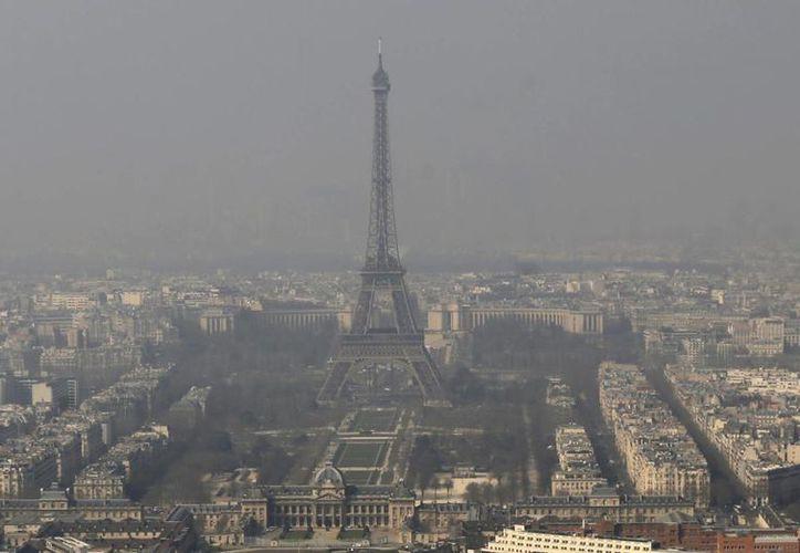 El Ayuntamiento de París pretende restringir la circulación de vehículos contaminantes en la ciudad, que es una de las más visitadas a nivel mundial. (Archivo/AP)