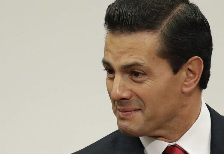 El presidente de México, Enrique Peña Nieto, felicitó a Donald Trump por su triunfo electoral y acordó con él iniciar una nueva agenda de trabajo bilateral. (AP/Rebecca Blackwell)