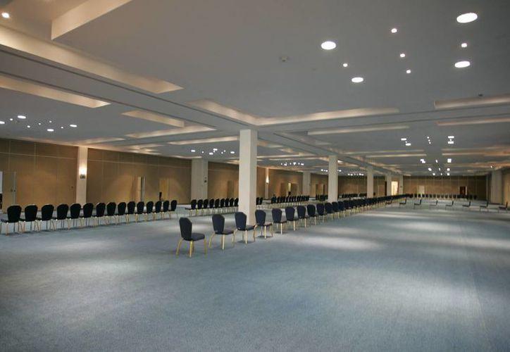 El centro de convenciones cuenta con 42 mil metros cuadrados. (Israel Leal/SIPSE)