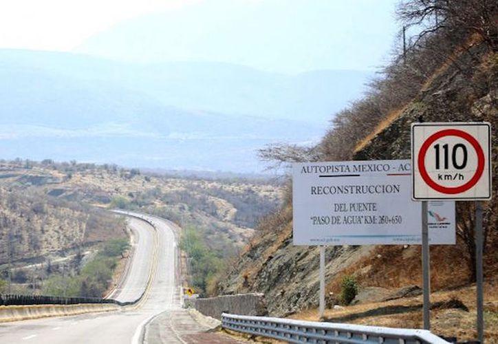 Los pasajeros fueron atacados en la Autopista del Sol en el puente El Zapote. Foto: Sin Embargo