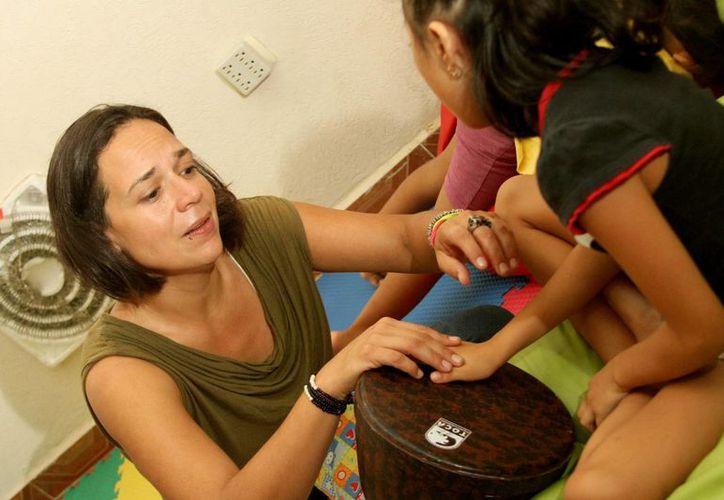 Un niño autista no hace gestos tales como: señalar, mostrar, alcanzar objetos o saludar a los 12 meses. Imagen de contexto de una pequeña con esta enfermedad y su maestra. (Archivo/SIPSE