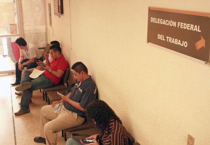 Empleados de 3 oficinas federales pasaron prácticamente dos días horas sin trabajar, por falta de energía eléctrica. (Jorge Acosta/SIPSE)