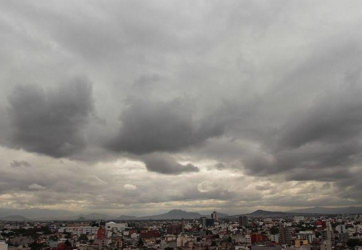 En las próximas horas lloverá con intensidad en estados del suroeste del país por efectos de una tormenta tropical. (Notimex)