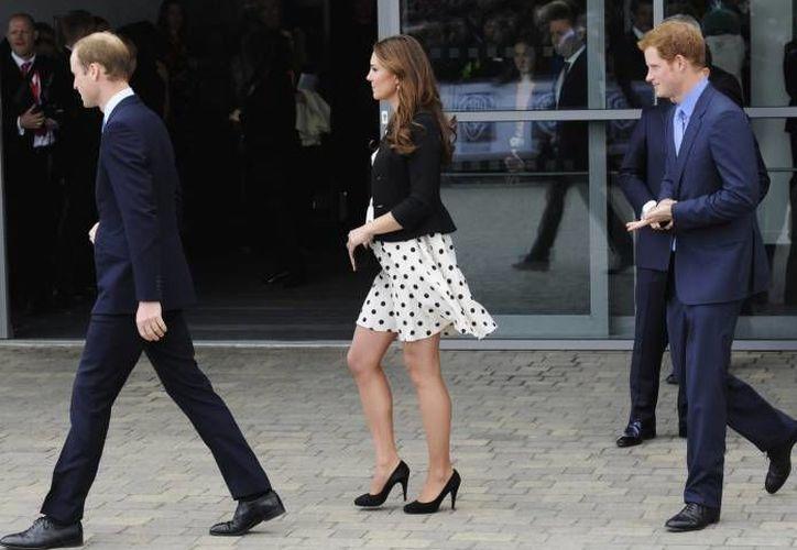 Desde la izquierda: el príncipe Guillermo y la duquesa Kate Middleton, que debe dar a luz en los próximos días. (Archivo Agencias)