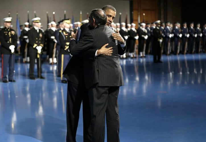 El presidente Barack Obama abraza a Leon Panetta durante su homenaje de despedida. (Agencias)