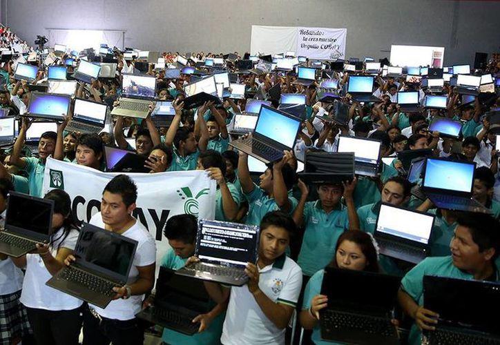Jóvenes del oriente de Yucatán beneficiados con computadoras de Bienestar Digital. (Cortesía)