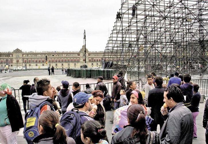 Luego del desfile comenzaron a ser retiradas las gradas en la Plaza de la Constitución. (Milenio)