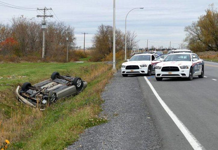 El auto del sospecho se volcó durante la persecución que tuvo con las autoridades. (Agencias)