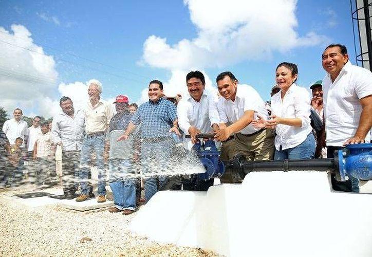 Este fin de semana el Gobernador entregó a los habitantes de Mesatunich, San Pedro Cámara y San José Hilí, municipio de Motul, las ampliaciones del servicio de agua potable. (Cortesía)