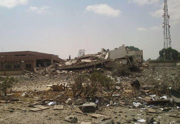 El edificio de la policía en Bengasi, Libia, cedió totalmente a los bombardeos de milicianos. No se reportaron víctimas. (AP)