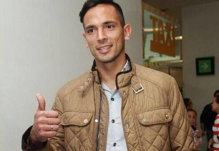 Roque Santa Cruz ya está en México para firmar su contrato con Cruz Azul y señaló que se siente en un nivel competitivo alto para ayudar a 'La Máquina'. En esta foto, a su llegada al Aeropuerto de la Ciudad de México. (Milenio)