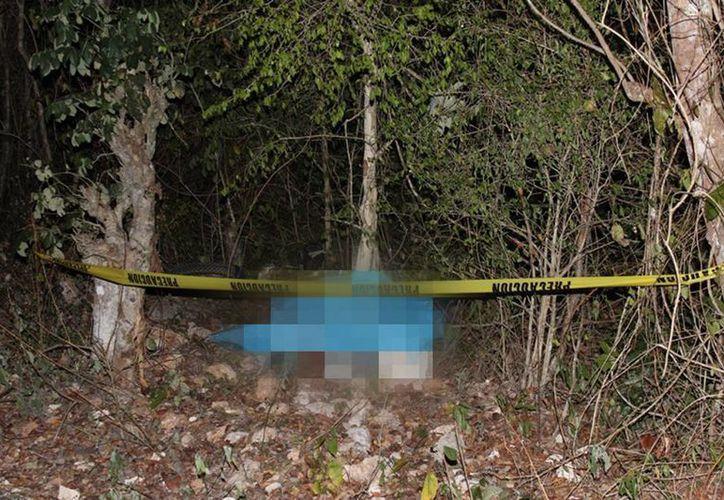 El motociclista quedó junto al árbol. Familiares acudieron a reconocer el cuerpo. (Milenio Novedades)