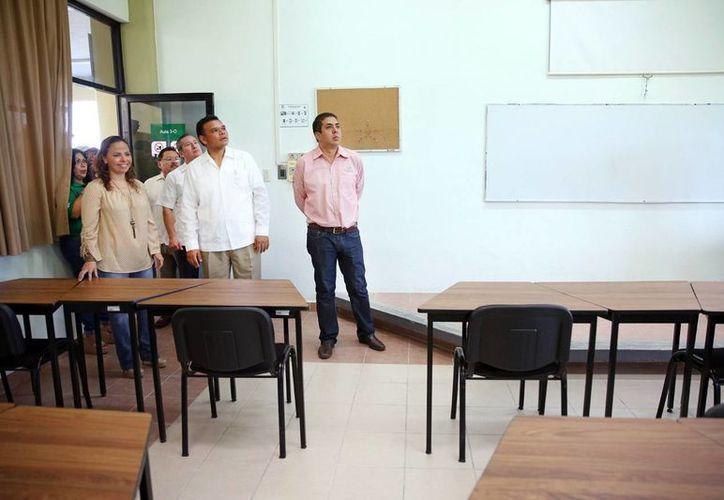 El mandatario estatal Rolando Zapata recorre las nuevas instalaciones. (Milenio Novedades)