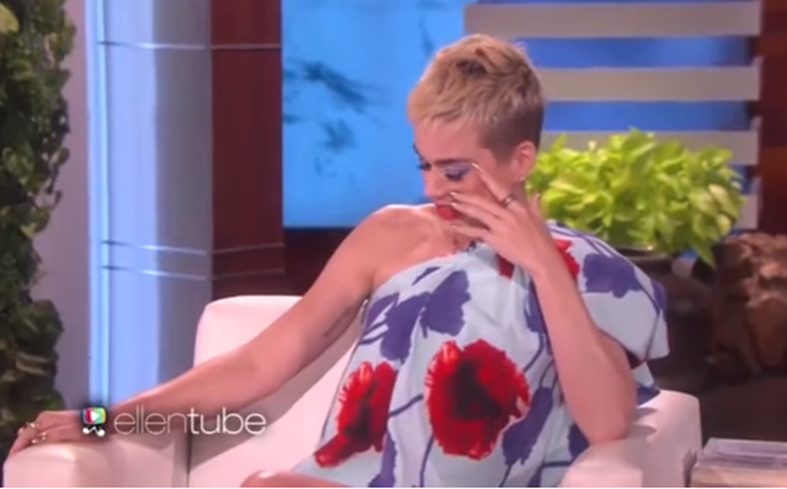 La presentadora olvidó que Katy estuvo casada con Russell Brand. (Captura Youtube).