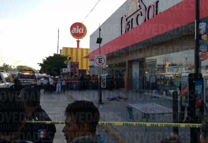 El hombre fue hallado junto a una tienda departamental. (Foto: Luis Hernández)