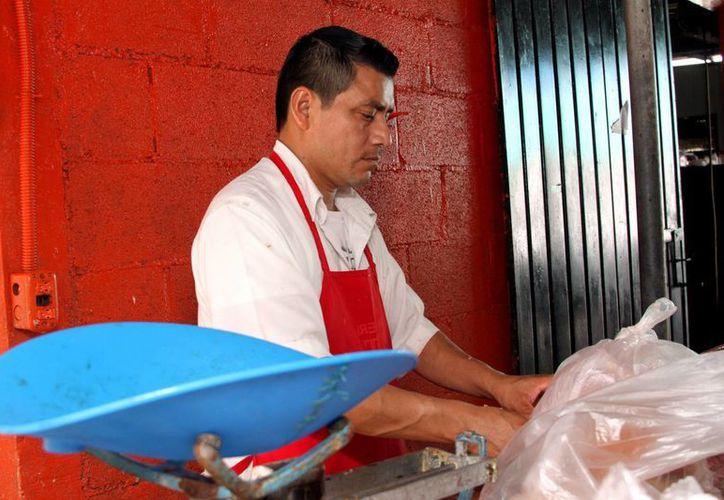 Los 65 carniceros sindicalizados en Playa del Carmen, ven afectadas sus ventas debido a los bajos preciso de la carne congelada que se oferta en los supermercados.  (Adrián Monroy/SIPSE)