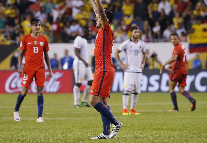 Gonzalo Jara de Chile (18) y otros jugadores celebran después de un partido de fútbol en la semifinal de la Copa América Centenario contra Colombia, en el Soldier Field de Chicago. (Foto AP / Charles Rex Arbogast)