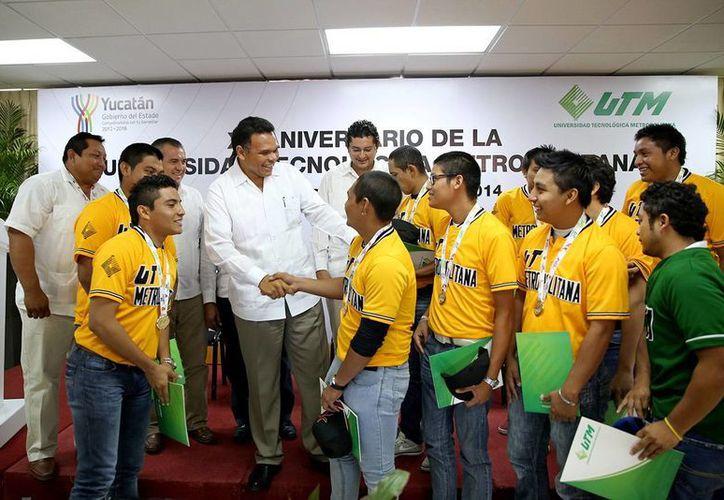 El gobernador Rolando Zapata saludó a integrantes del equipo de beisbol de la UTM. (Milenio Novedades)