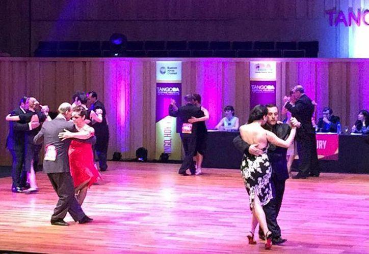 Buenos Aires se consolida como la capital mundial del tango, un género que atrae a miles de turistas que compiten por un trofeo, aprender a bailar en las milongas o simplemente disfrutan los recitales. (Notimex)