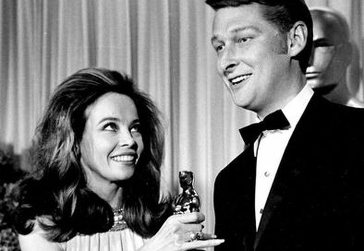 Imagen de archivo de Mike Nichols al momento de recibir el Oscar, en 1968, por su película El Graduado. El cineasta estuvo nominado en cuatro ocasiones para recibir el máximo galardón del cine mundial. (AP)