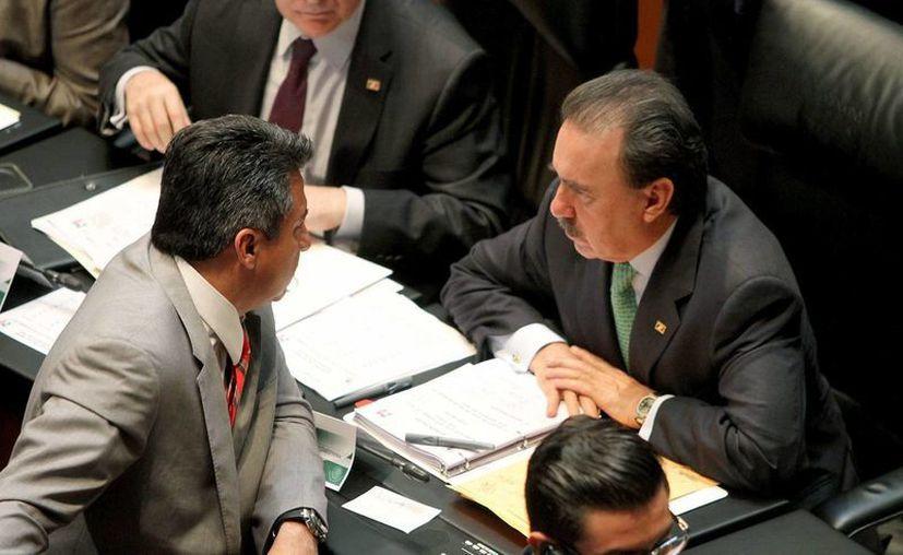 Emilio Gamboa Patrón (der.) dijo que su bancada también aportará víveres. (Notimex)