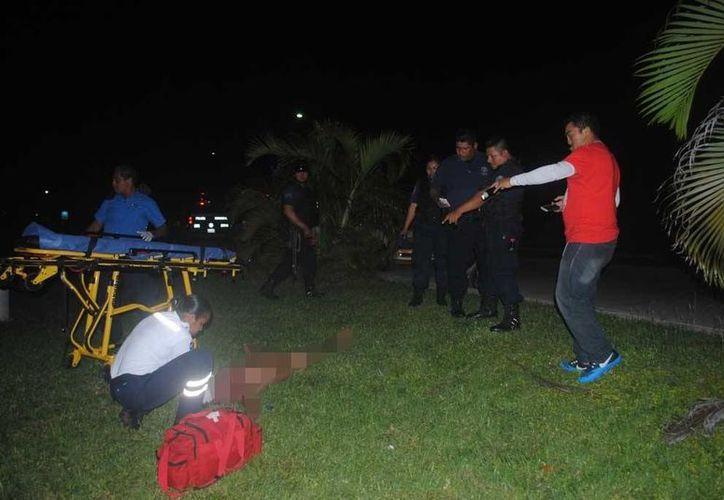 El joven fue hallado en un área verde en la en la calle 38 Norte con Bulevar Playa del Carmen. (Redacción/SIPSE)